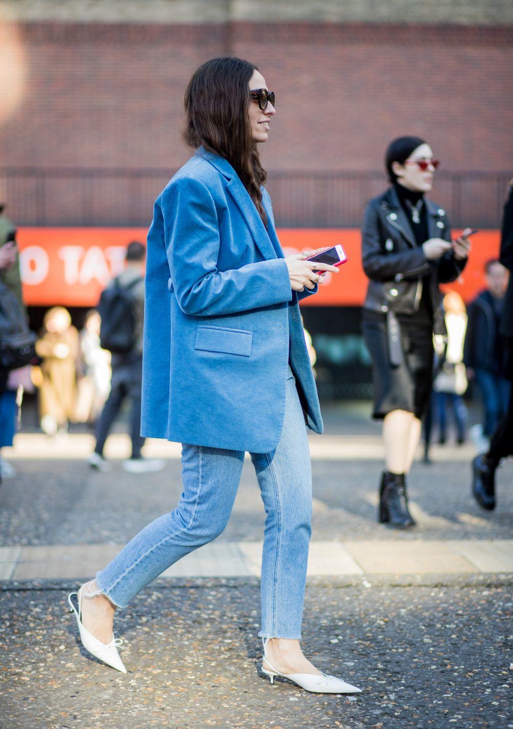 Erika Boldrin con jeans y maxiblazer.