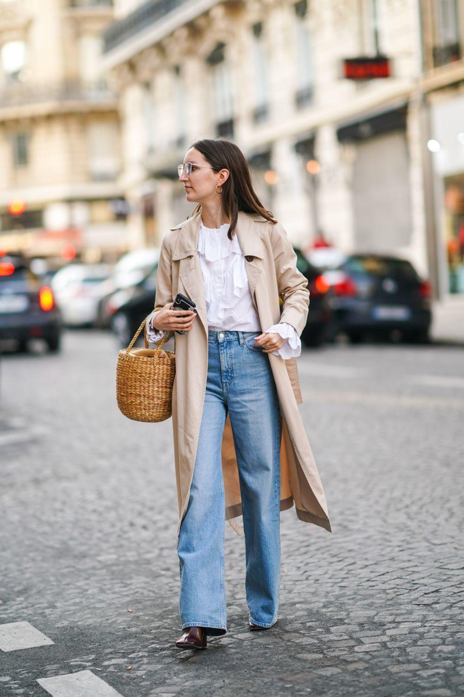 Con trench y cesto, el jeans en clave francesa.