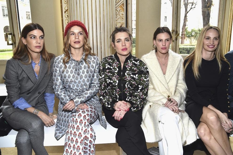 Bianca Brandolini con Eugenie Niarchos, Carlota Casiraghi, Juliette Dol y Lauren Santo Domingo en un desfile de Giambattista Valli.