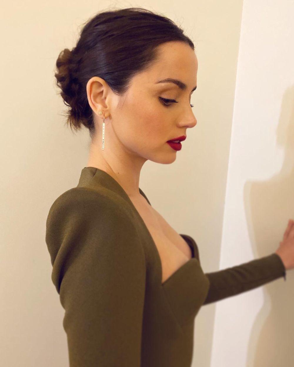 Ana de Armas luciendo un pequeño moño desordenado elaborado por la estilista Mara Roszak.