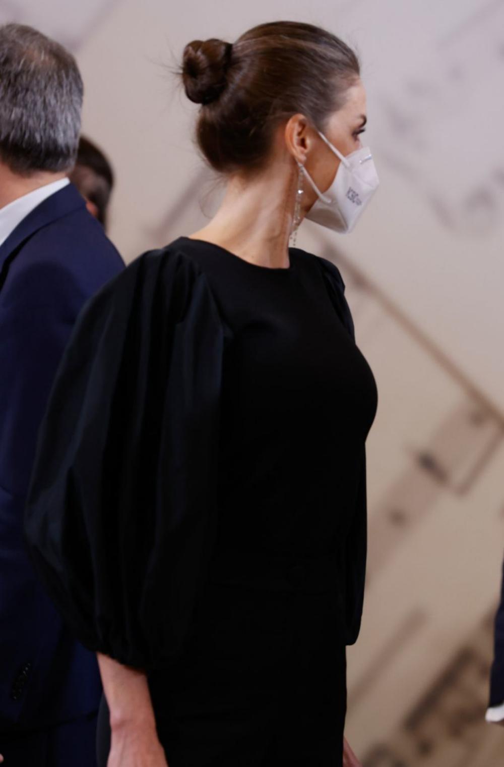 La reina Letizia con un moño alto de bailarina que estiliza su rostro, incluso con mascarilla.