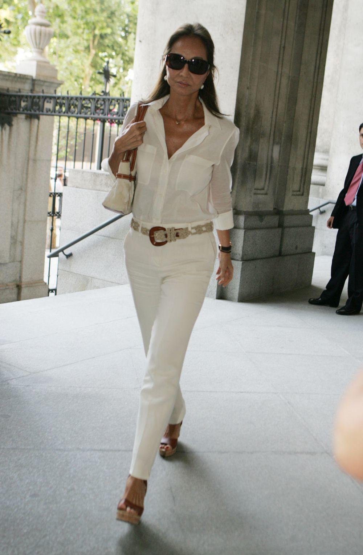 Isabel Preysler con camisa blanca.