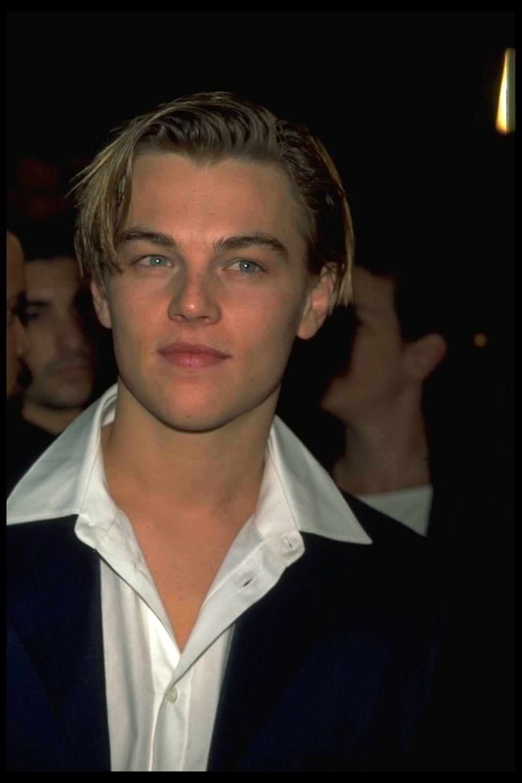 Leonardo di Caprio en 1996 con el corte pixie en el que se inspira Emma Corrin actualmente.