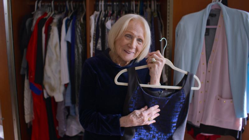 """Fotograma de una mujer enseñando el vestido que le regaló su marido fallecido, en el documentar """"Las prendas que nos marcaron"""", de Netflix."""