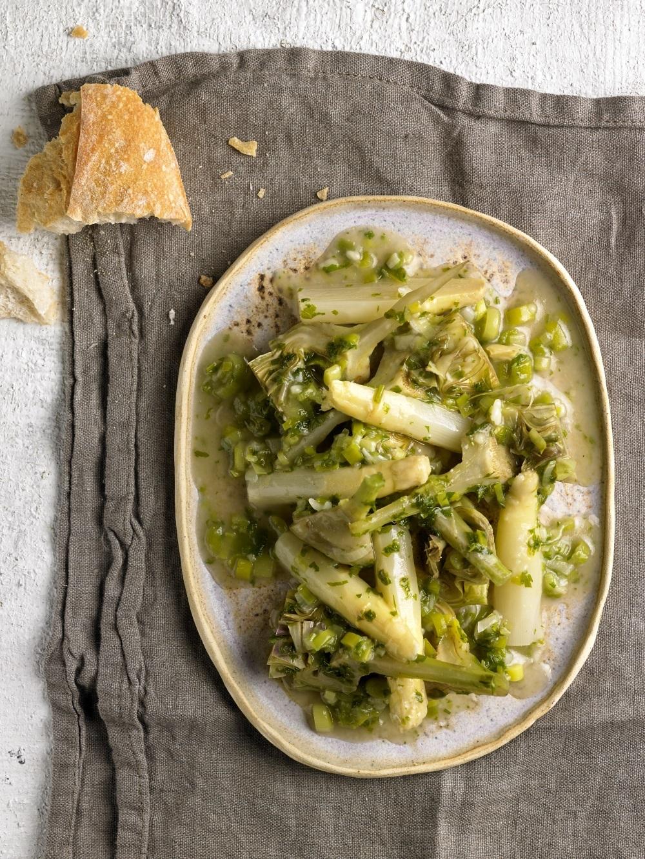 Alcachofas y espárragos en salsa verde