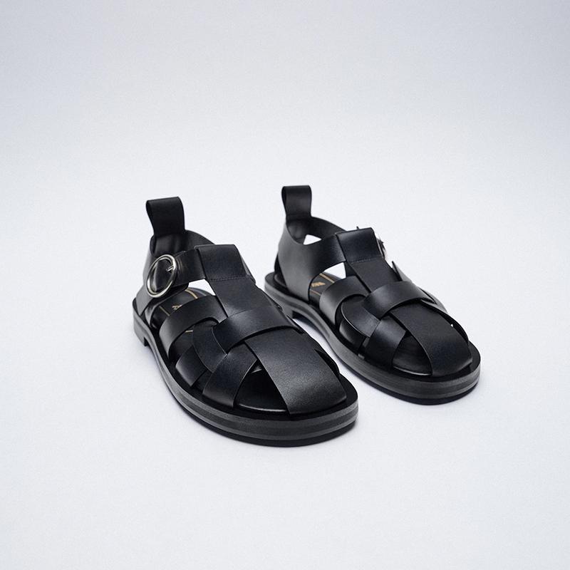 Sandalia cangrejera de piel negras, de Zara