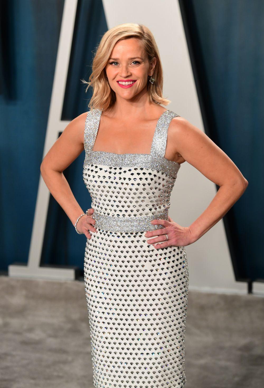 Reese Witherspoon demuestra que las medias melenas que rozan los hombros hacen el efecto de cuello más largo y suman centímetros a su 1,56 metros.