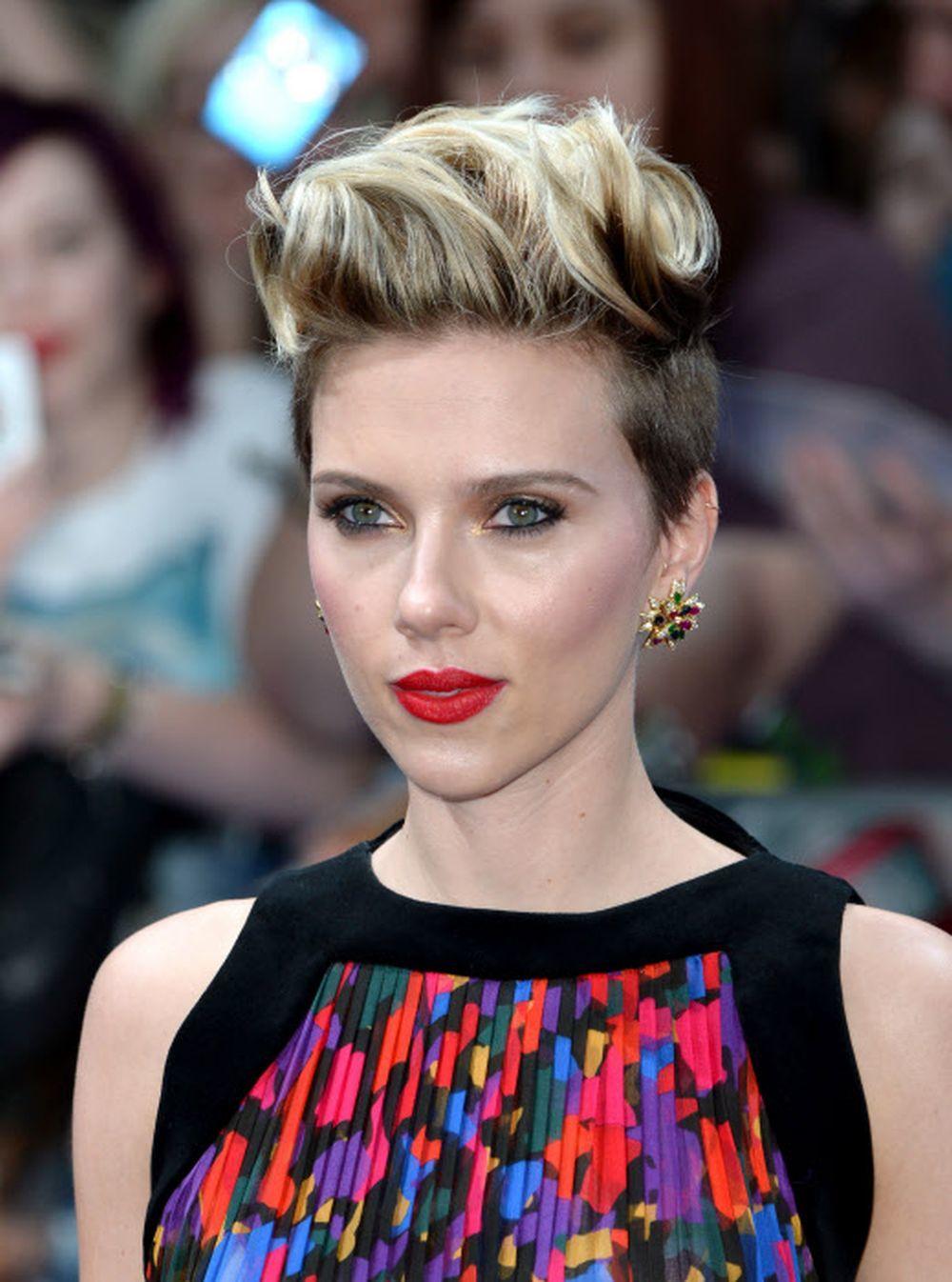Scarlett Johansson se alía al tupé en sus distintas versiones y peinado hacia un lado para aumentar centímetros de altura a su 1,60 metros.