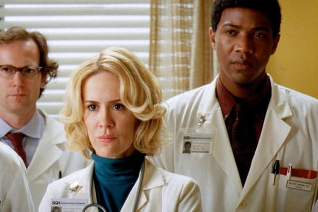 Anatomía de Grey cuenta con diferentes cameos, como el de Sarah Paulson en el papel de la madre de la protagonista, Meredith Grey, cuando era joven.