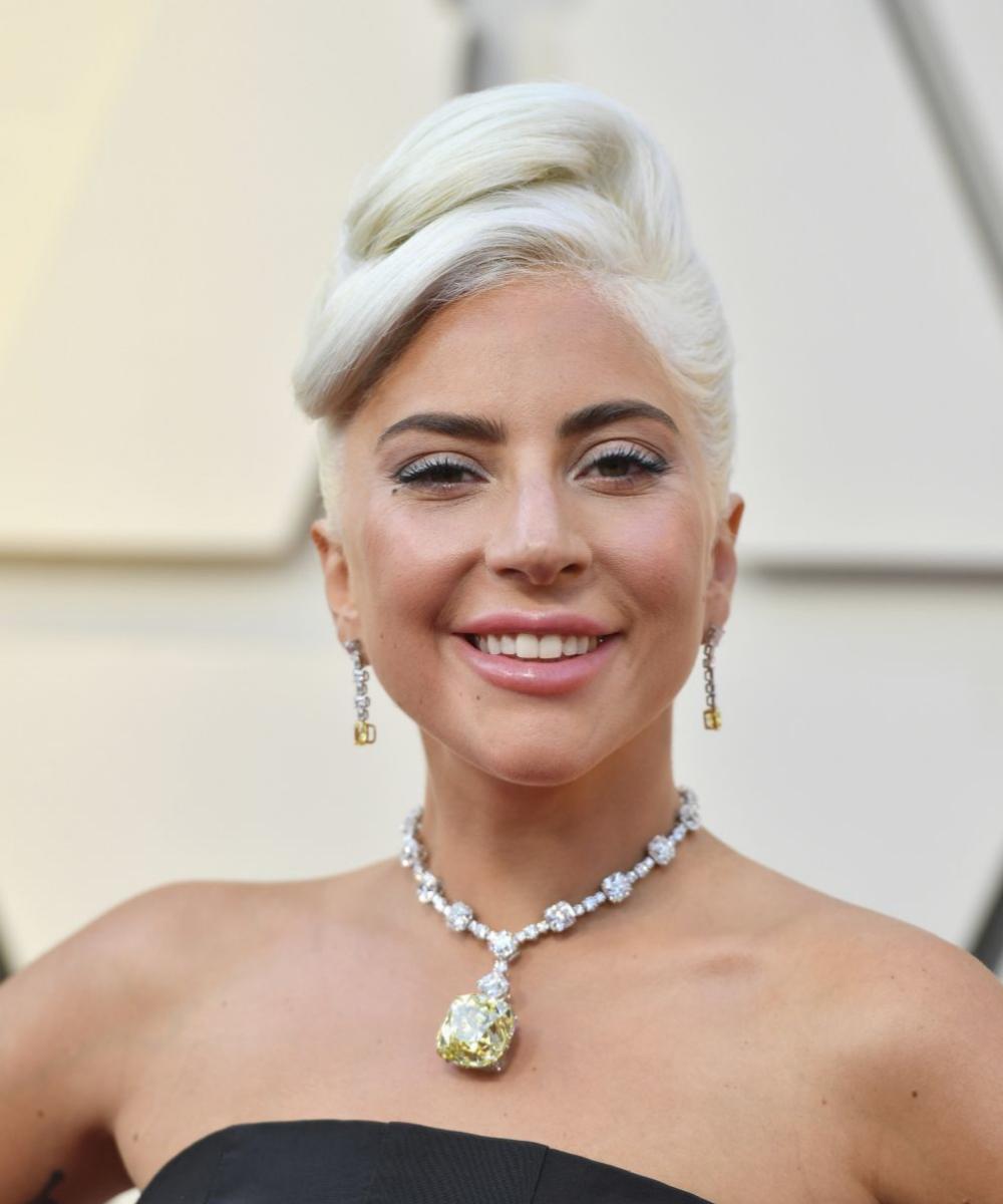 """Lady Gaga se rinde al cardado de pelo para alargar visualmente su cráneo y su melena haciéndola """"más alta"""" en los escenarios."""