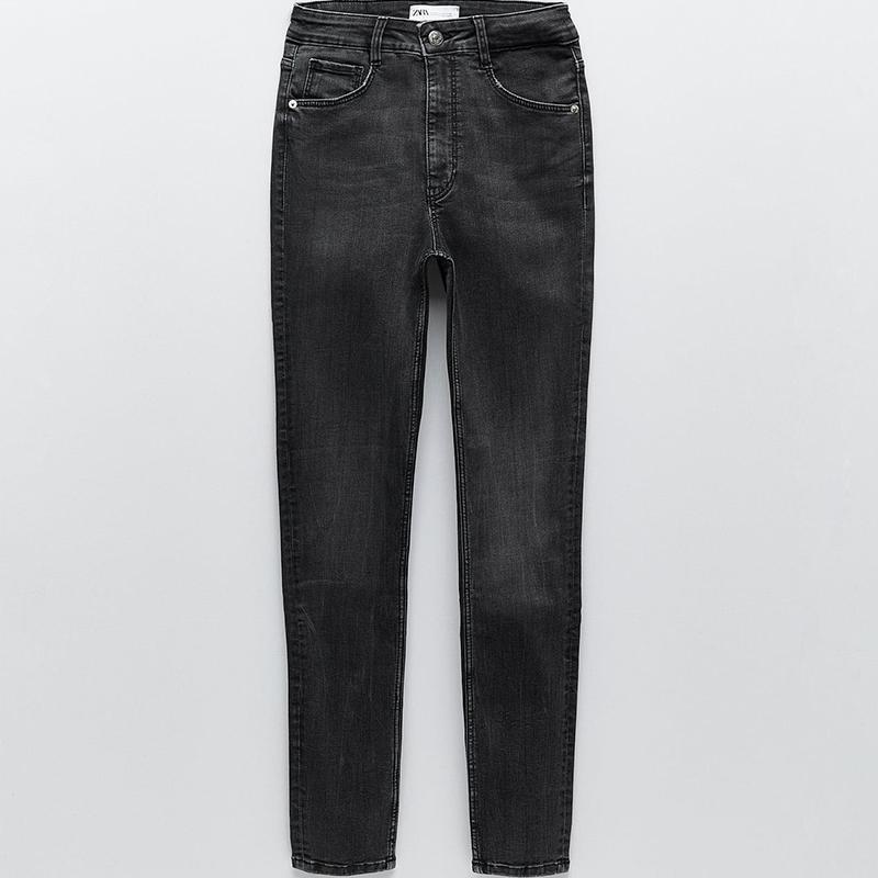 Jeans negros con tecnología moldeadora