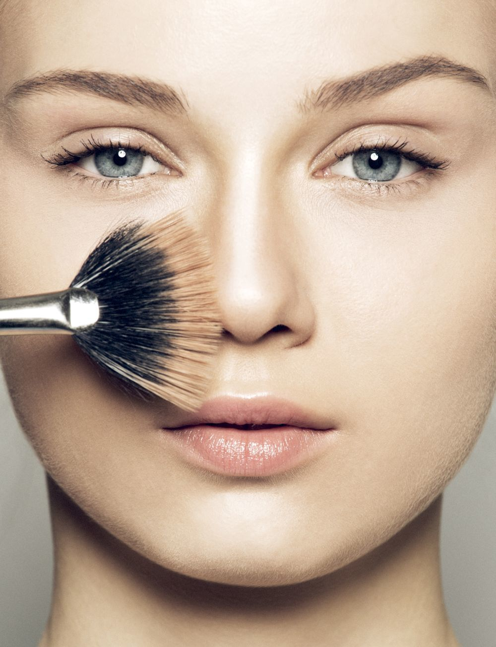 Además de un acabado más uniforme, con la brocha de base de maquillaje, darás un suave masaje en tu piel de efecto firmeza.