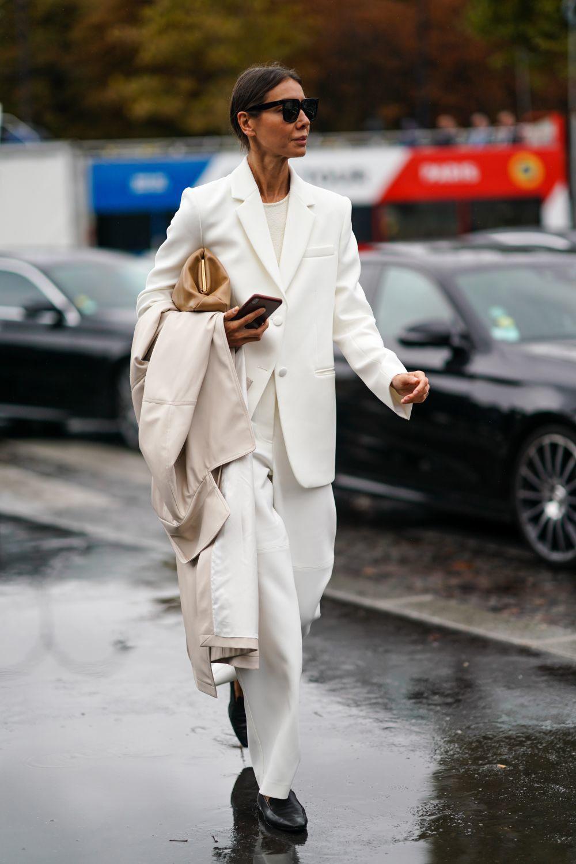 Look de street style con sastre y mocasines.