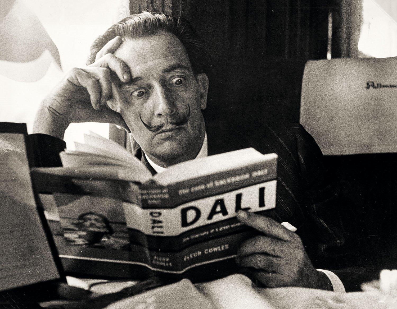 El artista Salvador Dalí leyendo sobre sí mismo.
