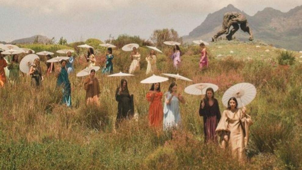 Bettina Looney seguida por sus invitadas durante la celebración de su boda.