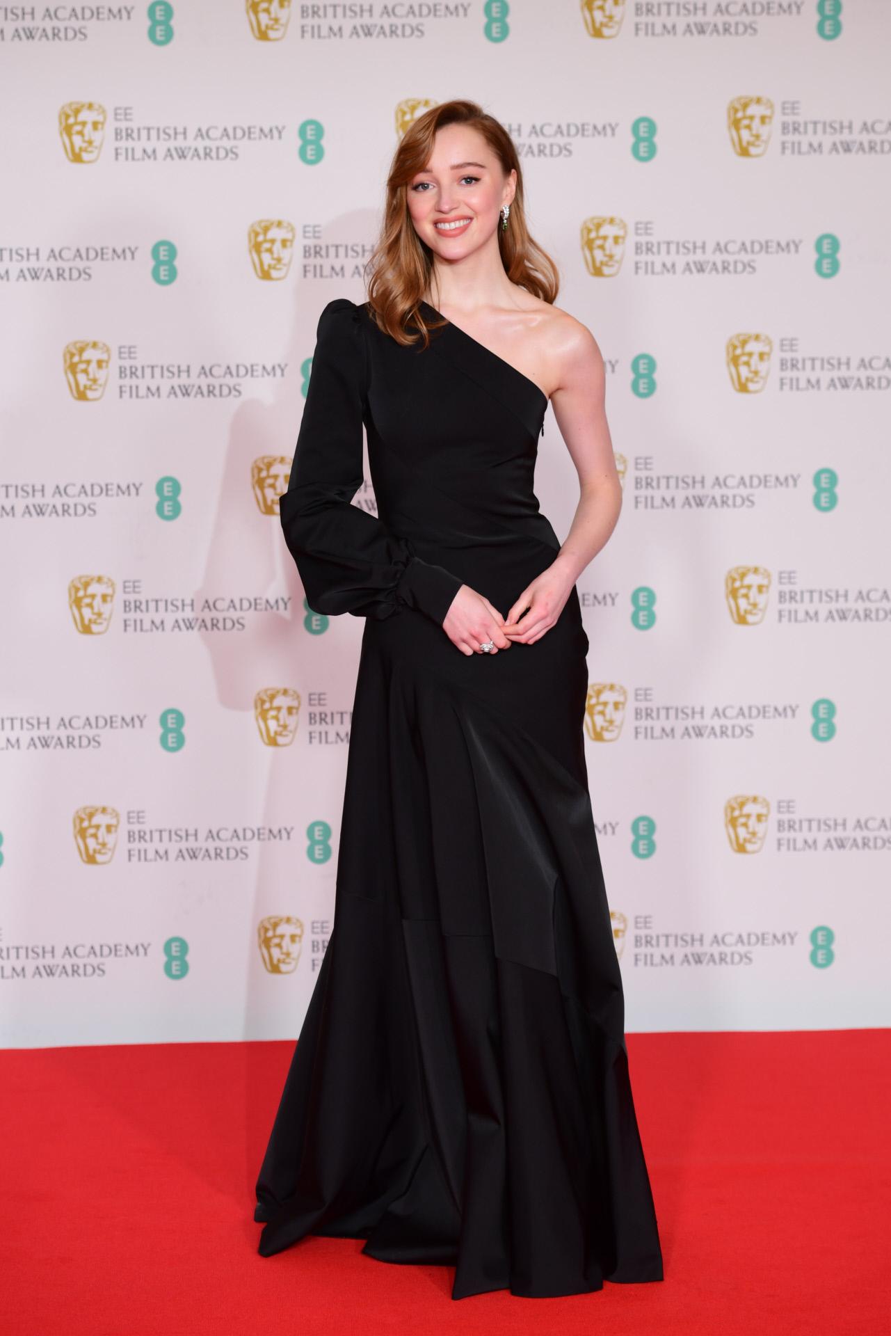 Phoebe Dynevor en los Bafta 2021 con vestido de Louis Vuitton.