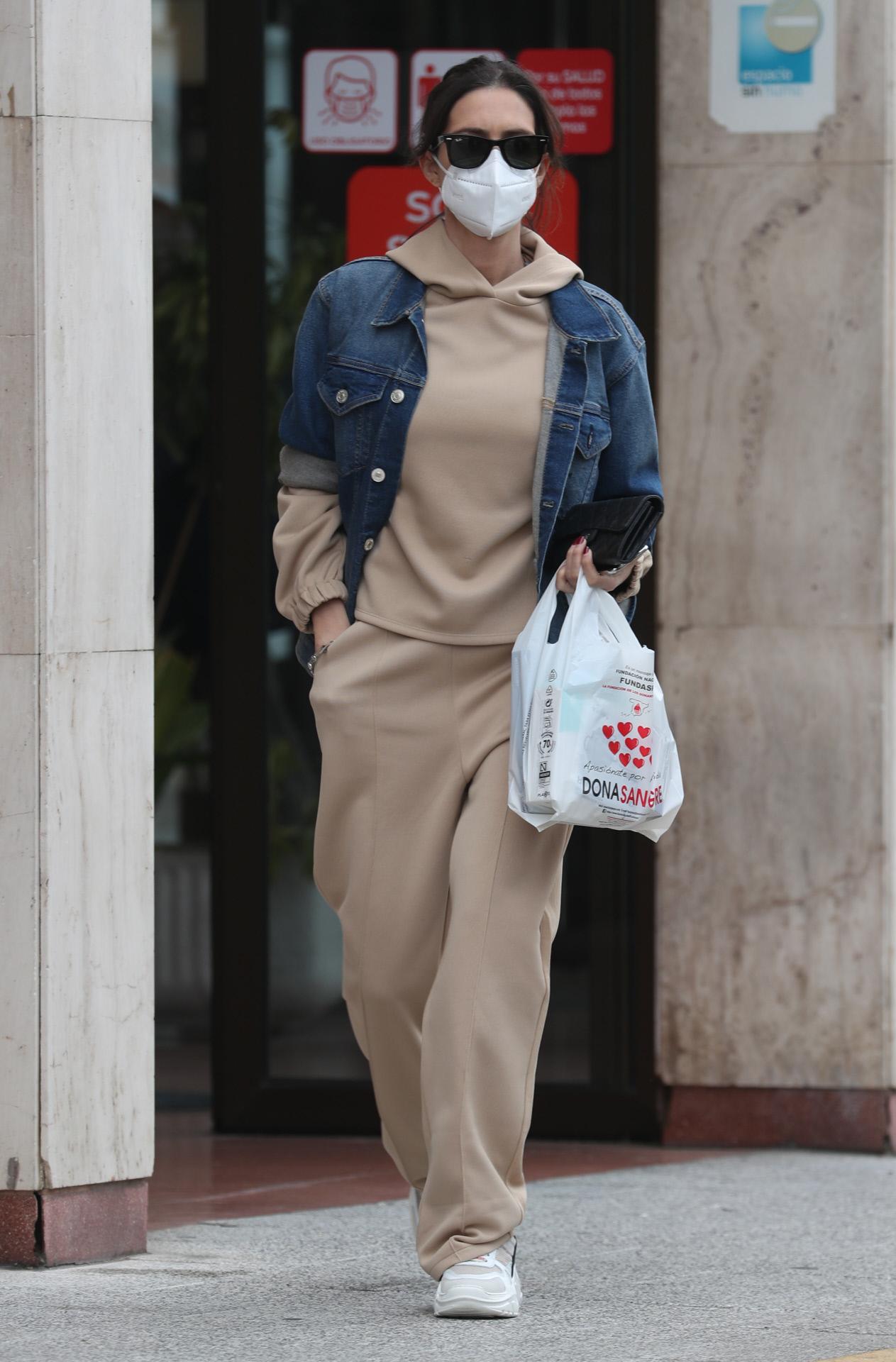 El look de Sara Carbonero, con chándal y chaqueta vaquera.