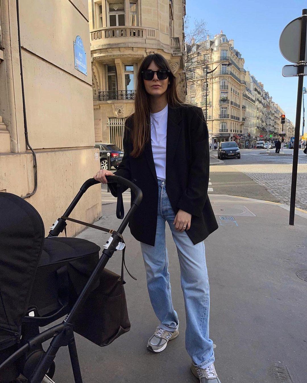 Leia Sfez con jeans rectos, zapatillas y blazer.