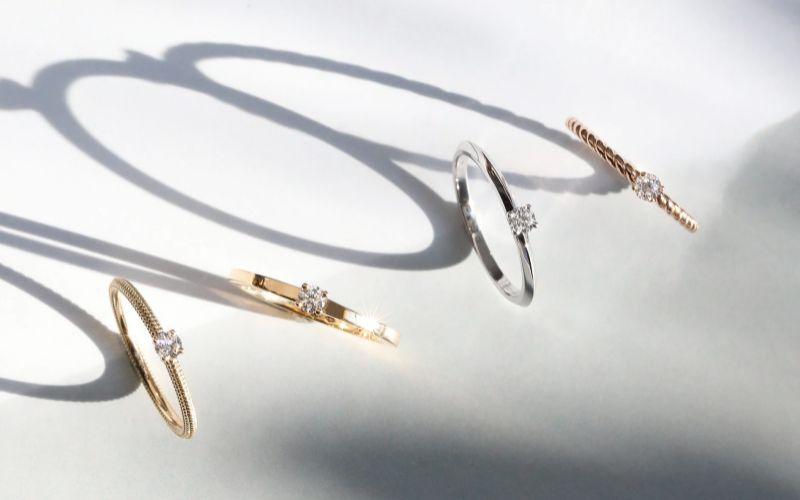Anillos de compromiso con diamantes sintéticos de Jem.
