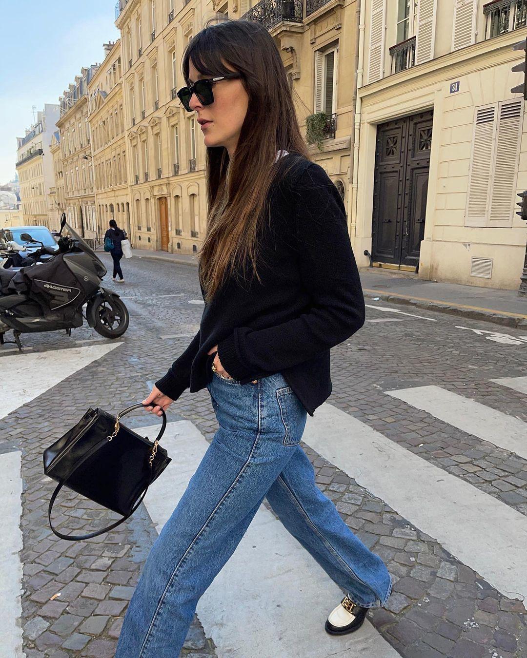 Leia Sfez con jeans y mocasines.