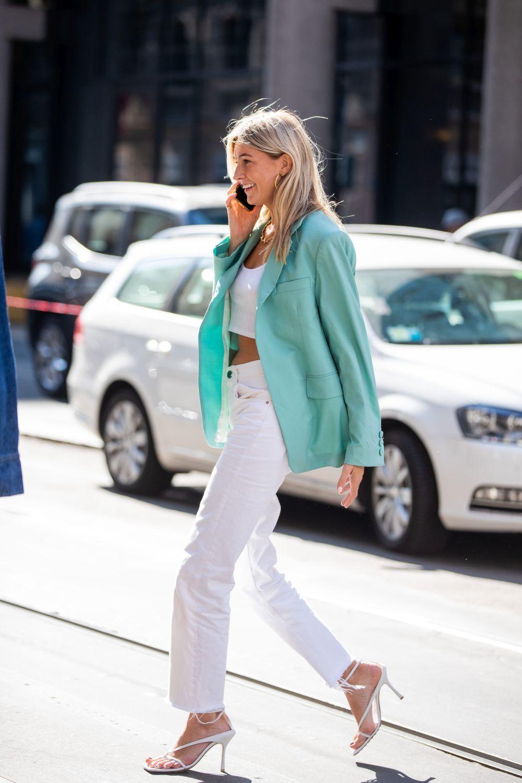 Camille Charrière sorprende con su cabello rubio luminoso suelto con looks en blanco y verde agua y nos encanta.
