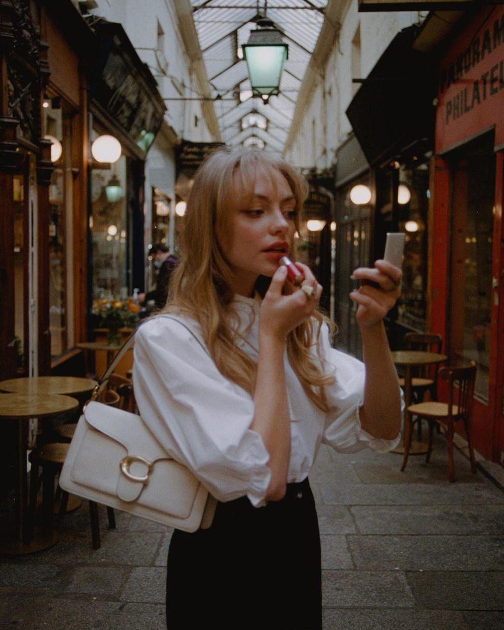 El tono de pelo de las francesas como Anouchka Gauthier que lleva un rubio luminoso, es fundamental para llevar un despeinado cool