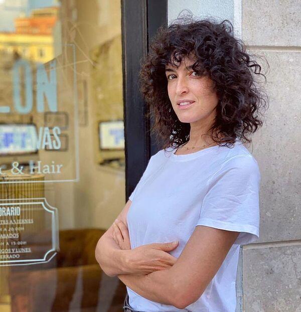 Hemos buscado los mejores cortes de pelo rizado para mujeres de más de 40 que dan una densidad increíble a tu melena. Así que no esperes más para pedírselos a tu peluquero porque quedan genial.