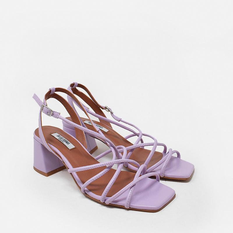 Sandalia lila de piel.