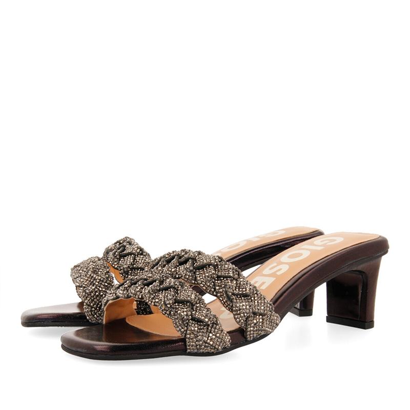 Sandalias de tacón en piel negra.