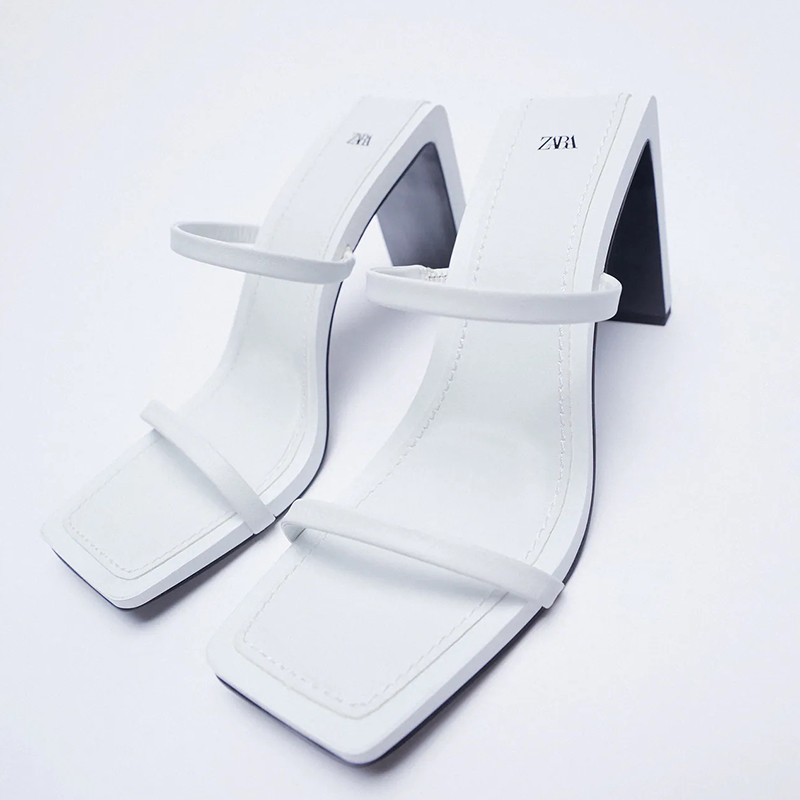 Sandalia tacón tiras piel minimal.