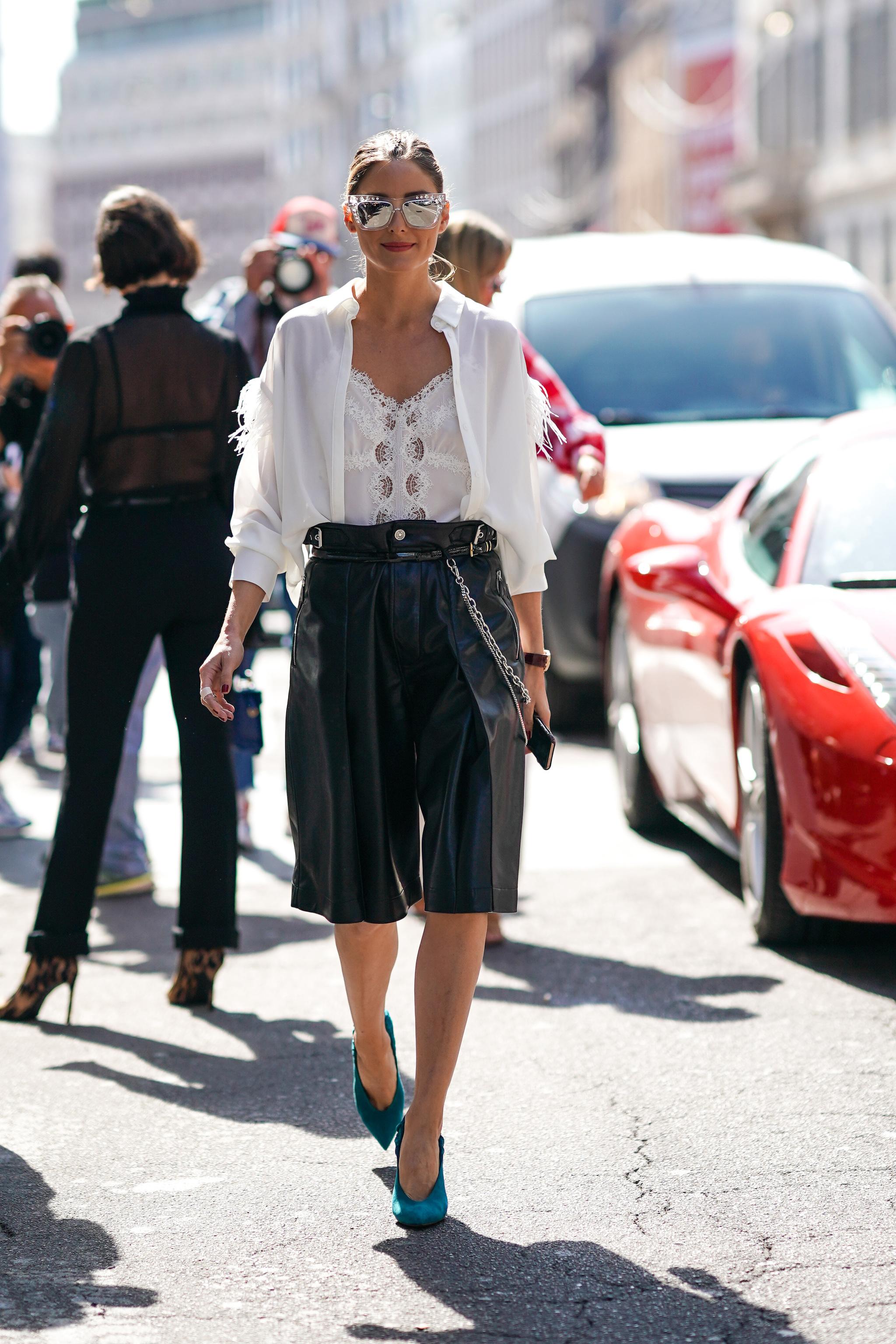 Olivia Palermo con bermudas de cuero.