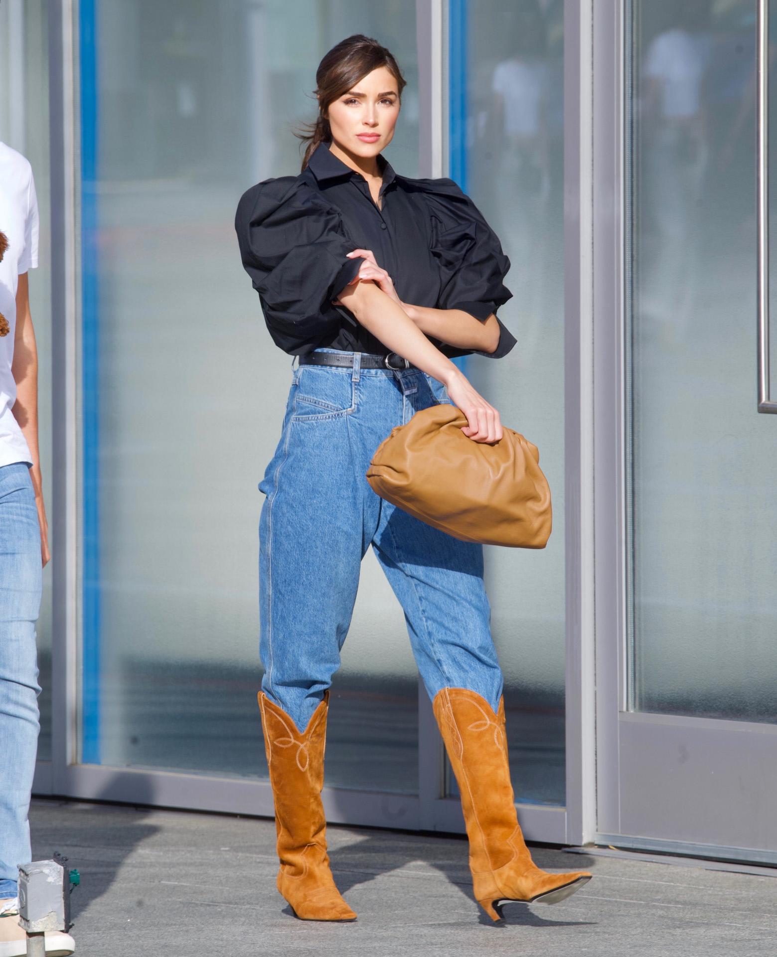 Olivia Culpo con vaqueros y botas cowboy.