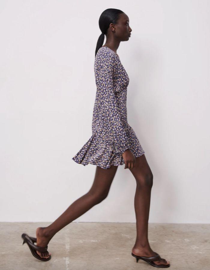 El vestido vaporoso en versión mini lleva la etiqueta de Zara.