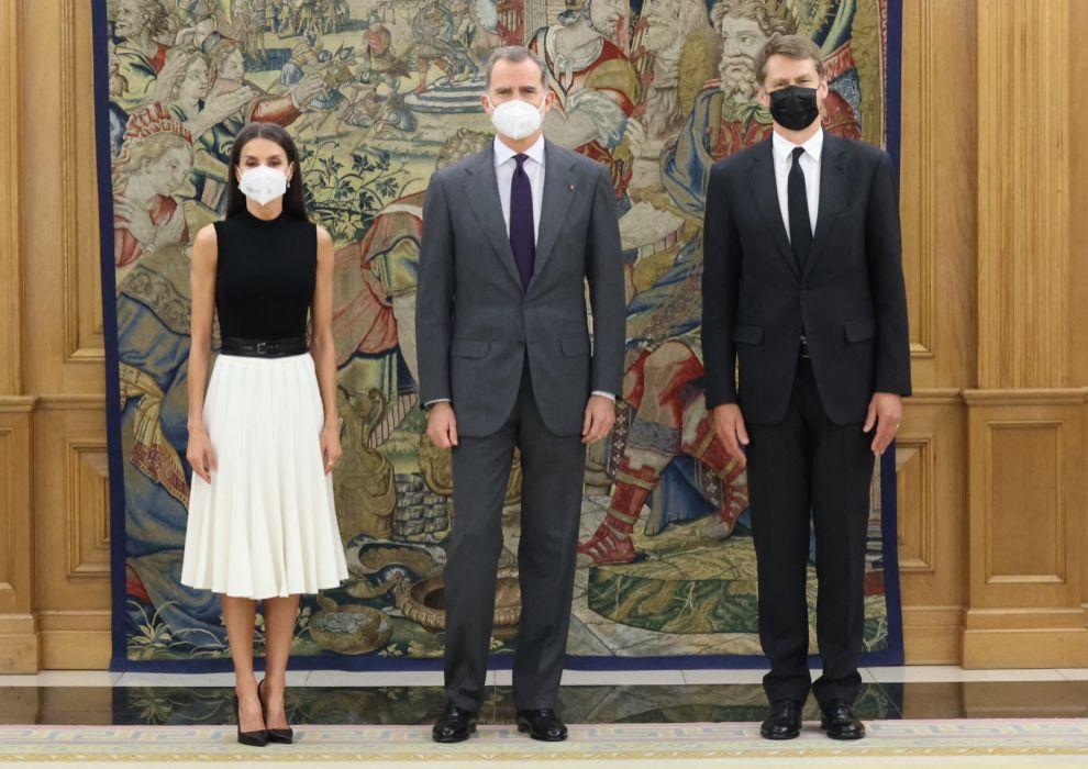 La Reina Letizia eligió un modelo de falda plisada de Adolfo Domínguez para ir junto al Rey Felipe VI a la embajada de Reino Unido e Irlanda del Norte