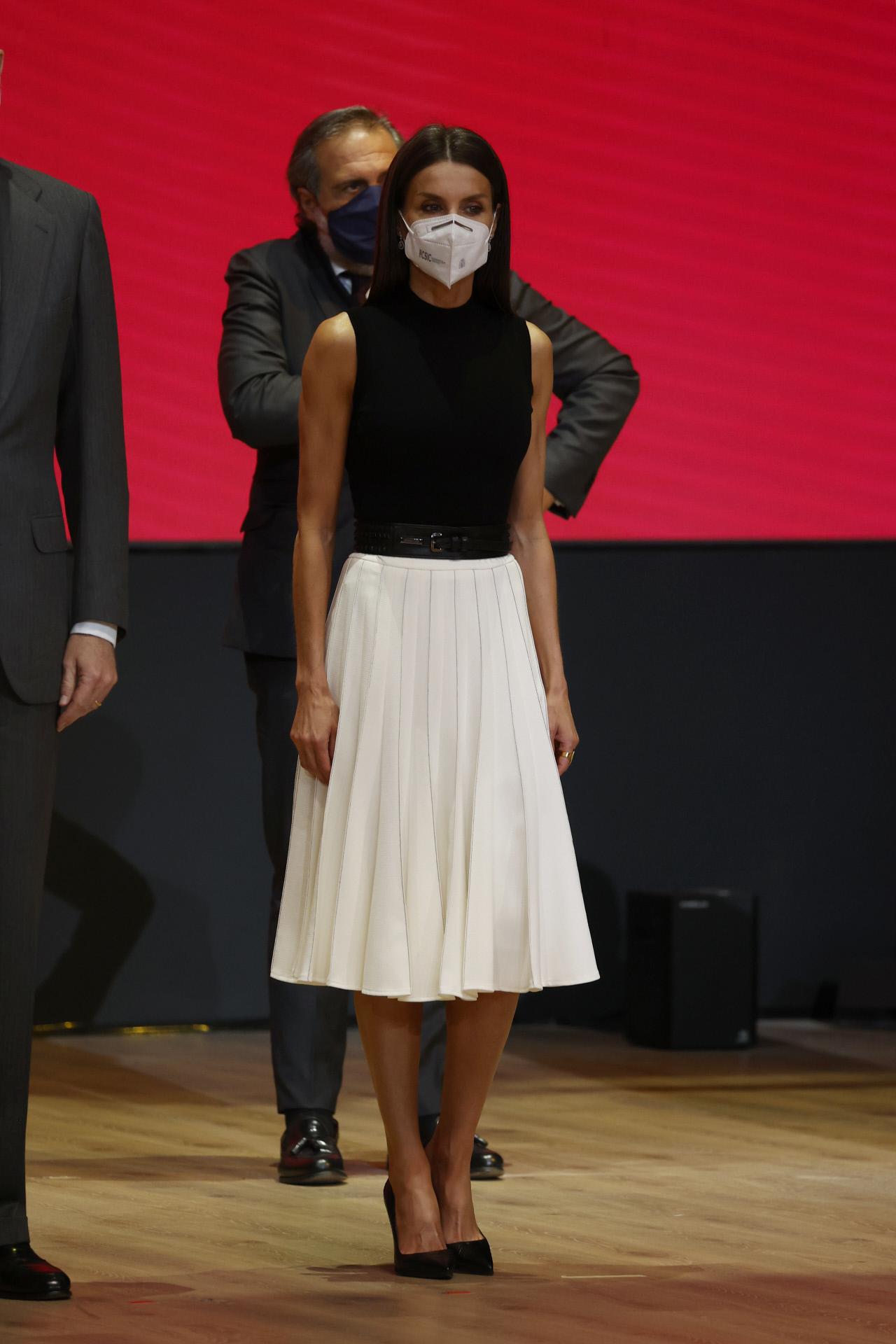 La reina Letizia con falda de Adolfo Domínguez.