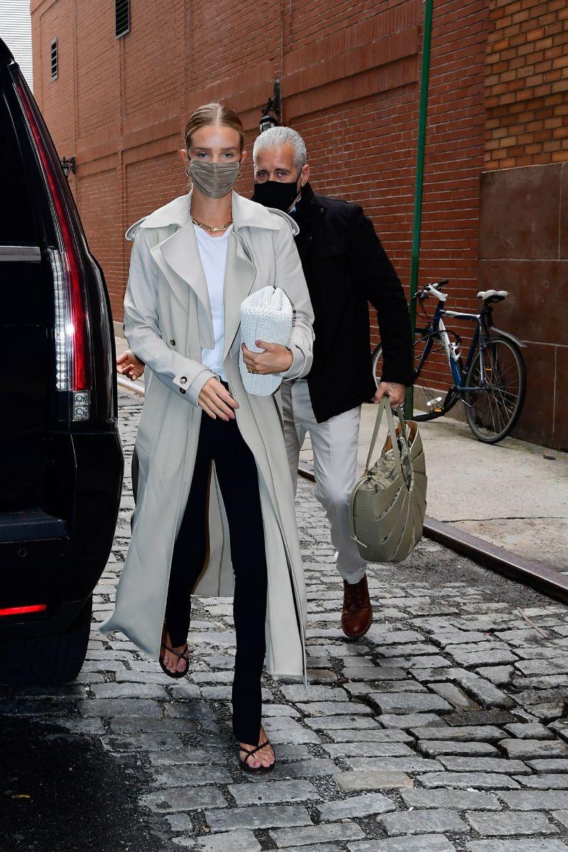 Rosie Huntington-Whiteley con trench y bolso Bottega Veneta