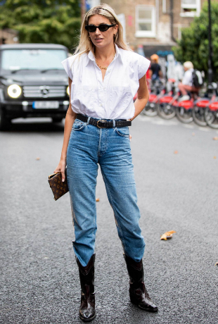 Camille Charriere con jeans y botas.