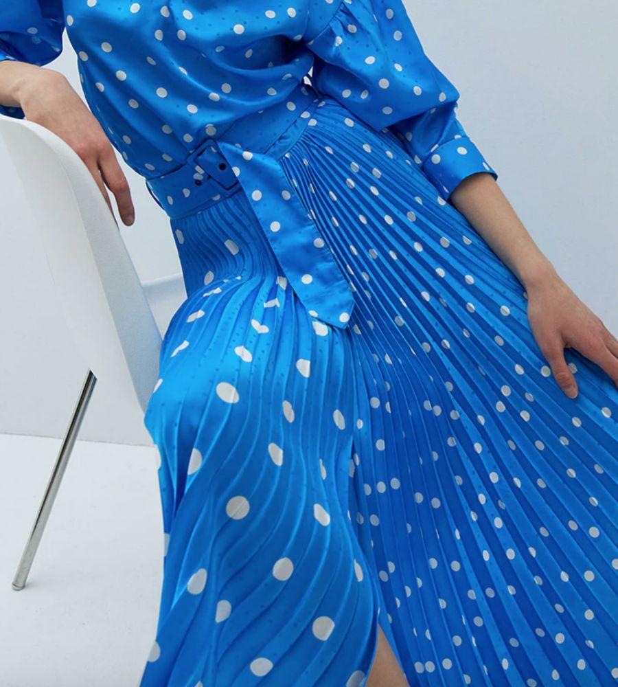 Falda azul con estampado de lunares de Sfera.
