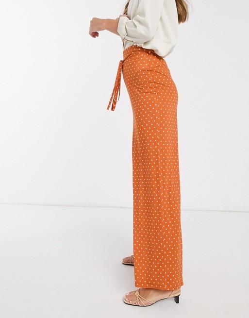 Pantalón naranja con estampado de lunares de Asos.