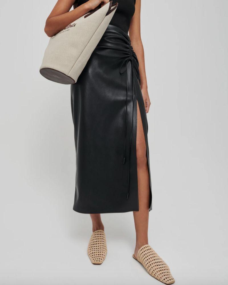 Falda pareo de piel vegana de Nanushka.