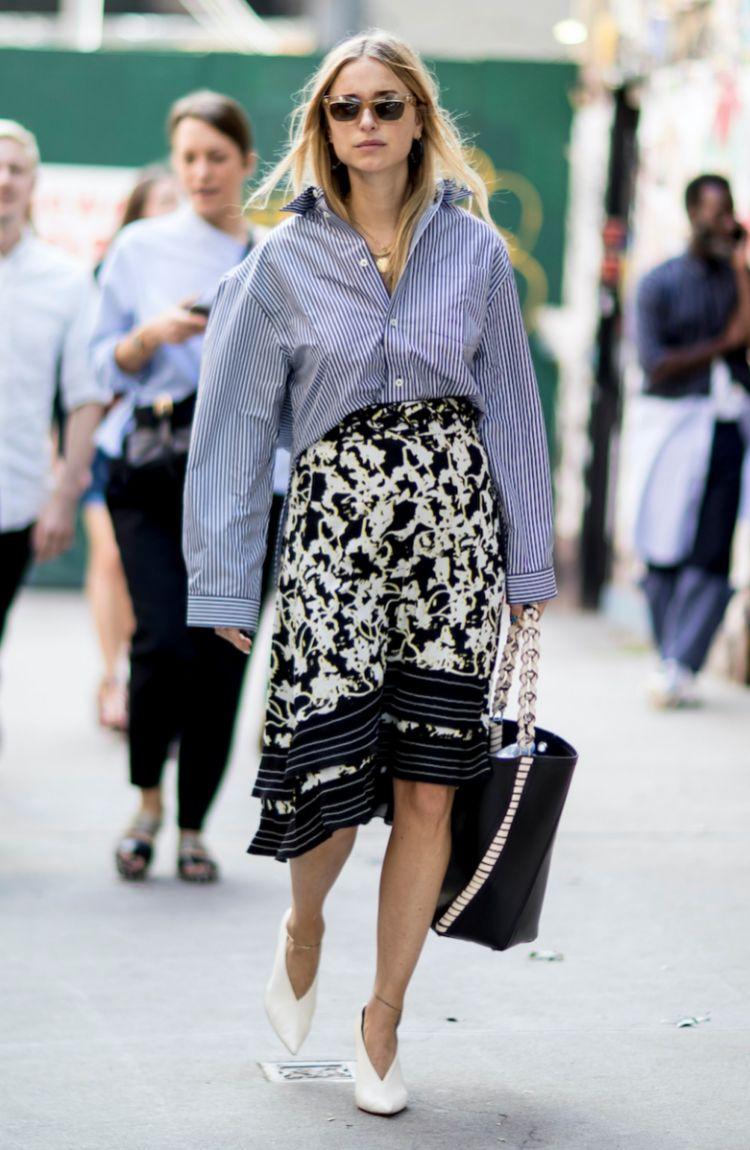 Pernille Teisbaek combina la falda pareo con una camisa masculina.