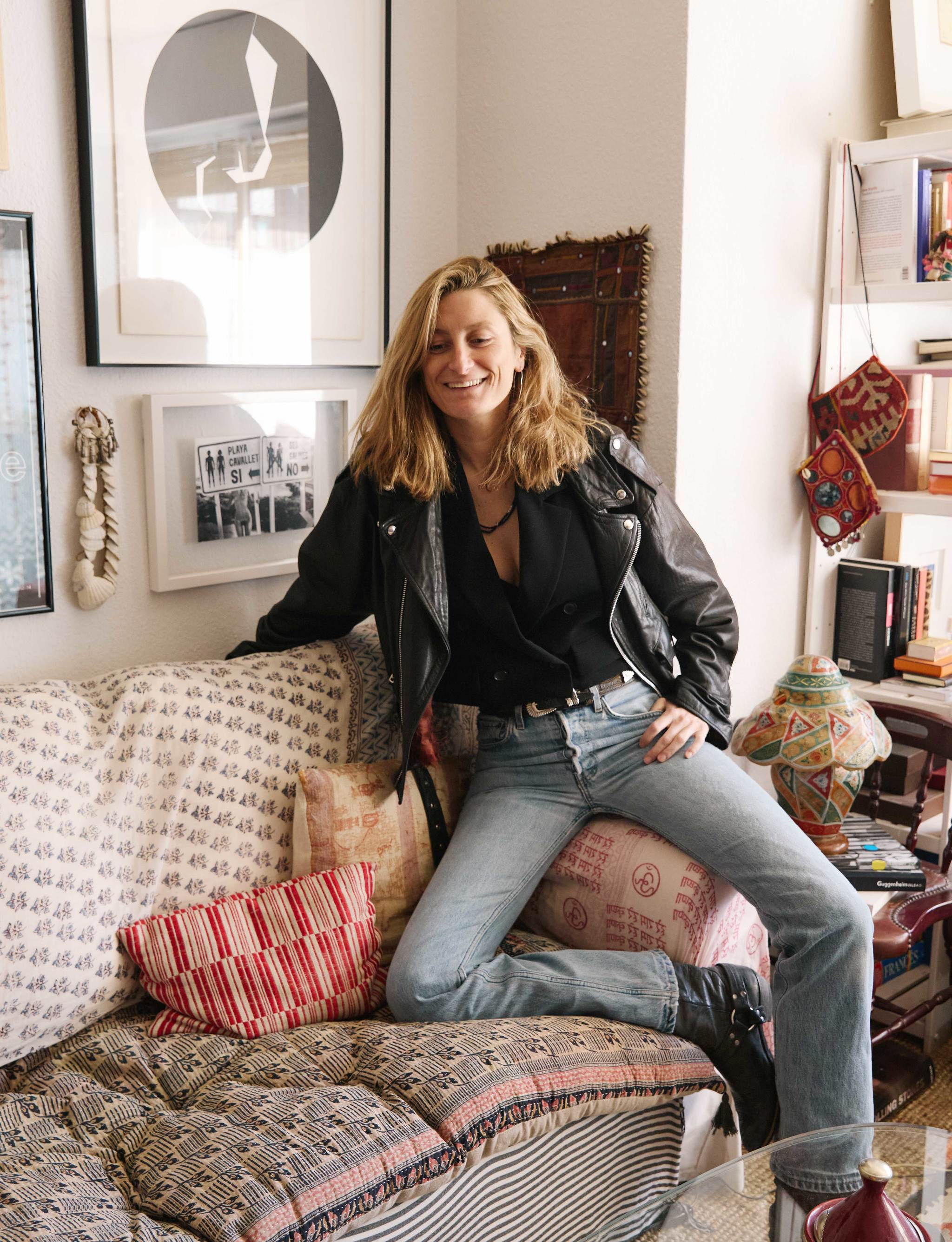 Gabriela con chaleco, jeans y perfecto de cuero.