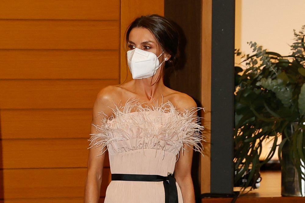 La reina Letizia con top de plumas de The Second Skin Co. marcando clavícula y brazos en Andorra.
