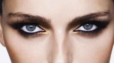 Aplica la sombra de ojos en stick sobre la línea de las pestañas y...