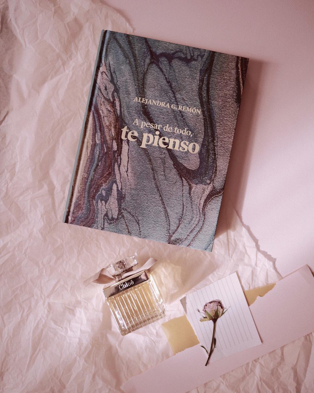 Si participas en el concurso que Alejandra G. Remón hará en su perfil de Instagram puedes llevarte su libro A pesar de todo, te pienso, y el perfume Chloé.