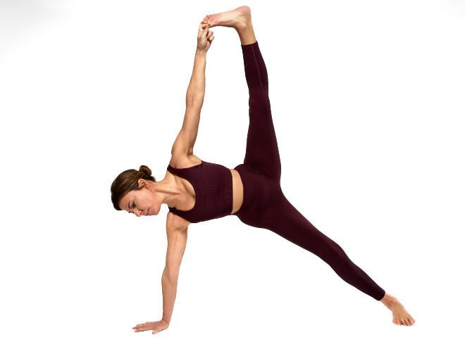 Patri Galatas, realizando una de las asanas para las que necesitas un mat de yoga, de modo que tus manos no resbalen.