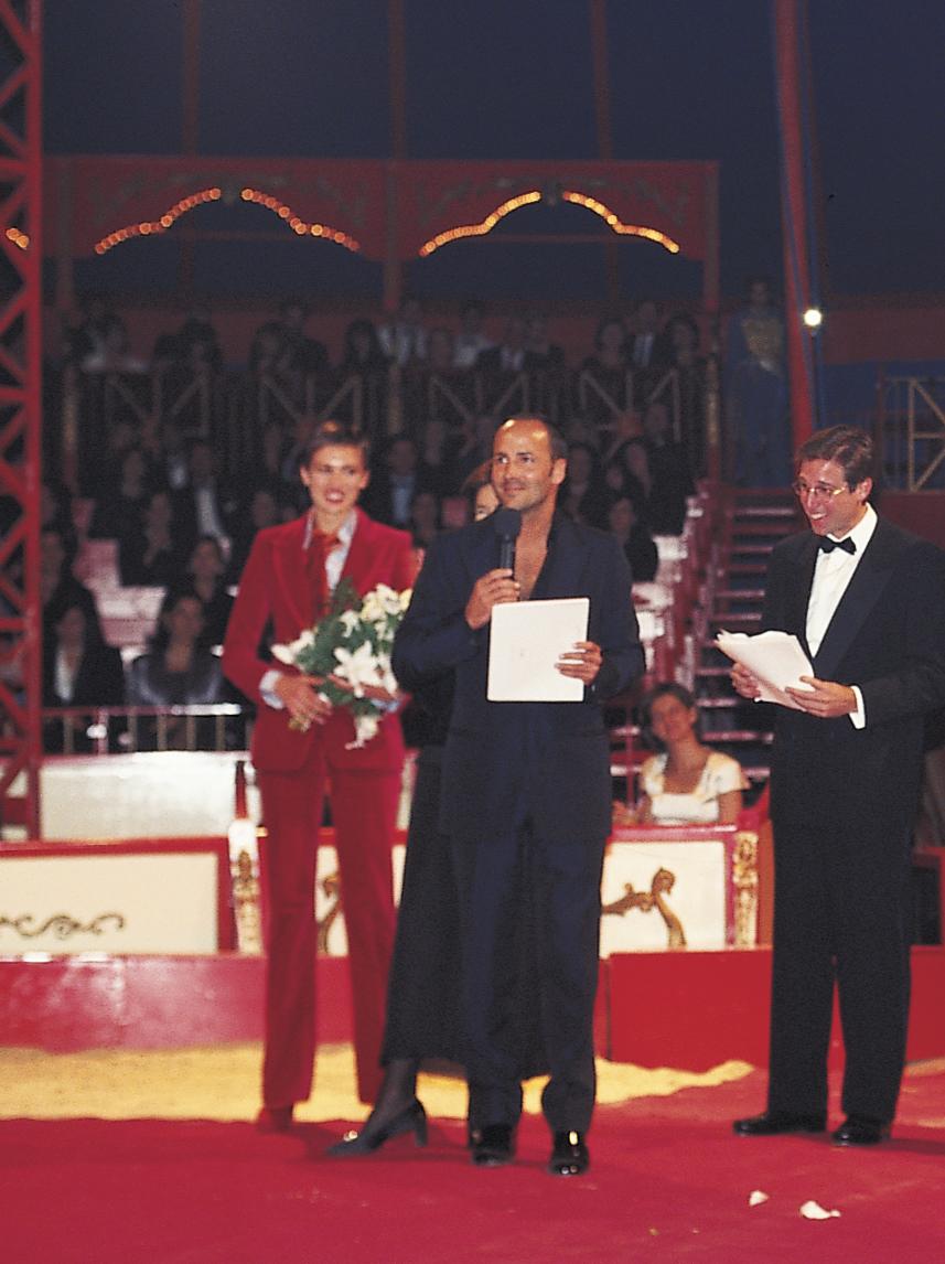 Tom Ford agradeciendo la T de TELVA. Detrás Nieves Álvarez con el esmoquín de Gucci y Emilio Aragón, que presentó la gala.