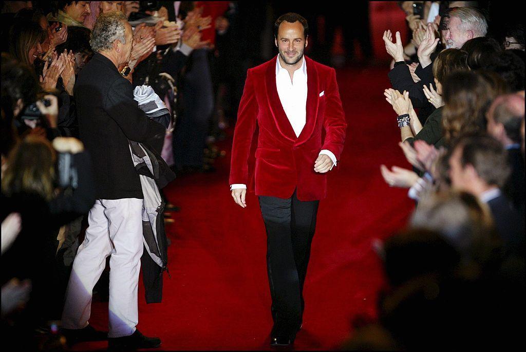 Tom Ford es su despedida de Yves Saint Laurent con chaqueta de terciopelo en 2004.