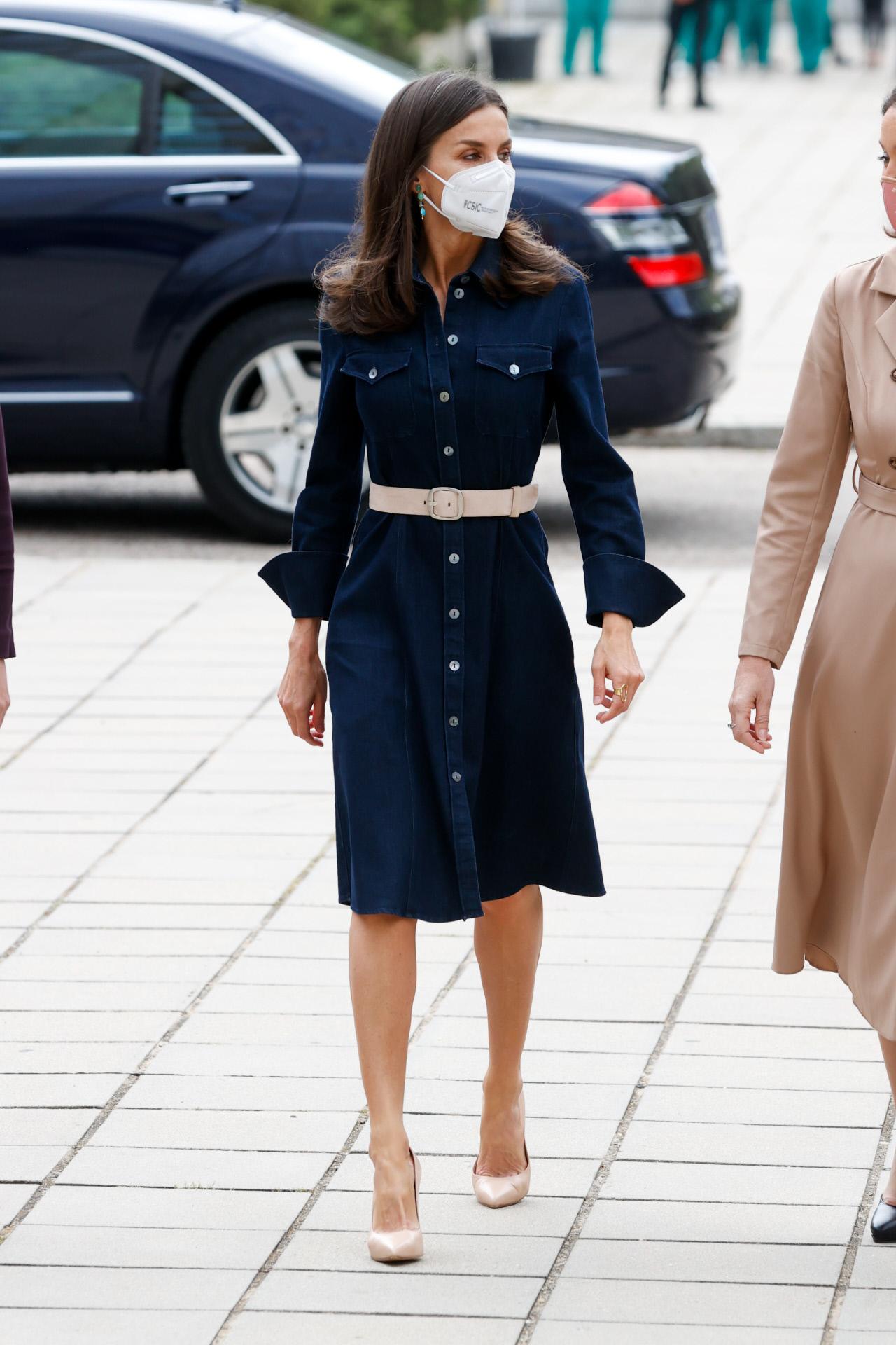 La reina Letizia con vestido vaquero.