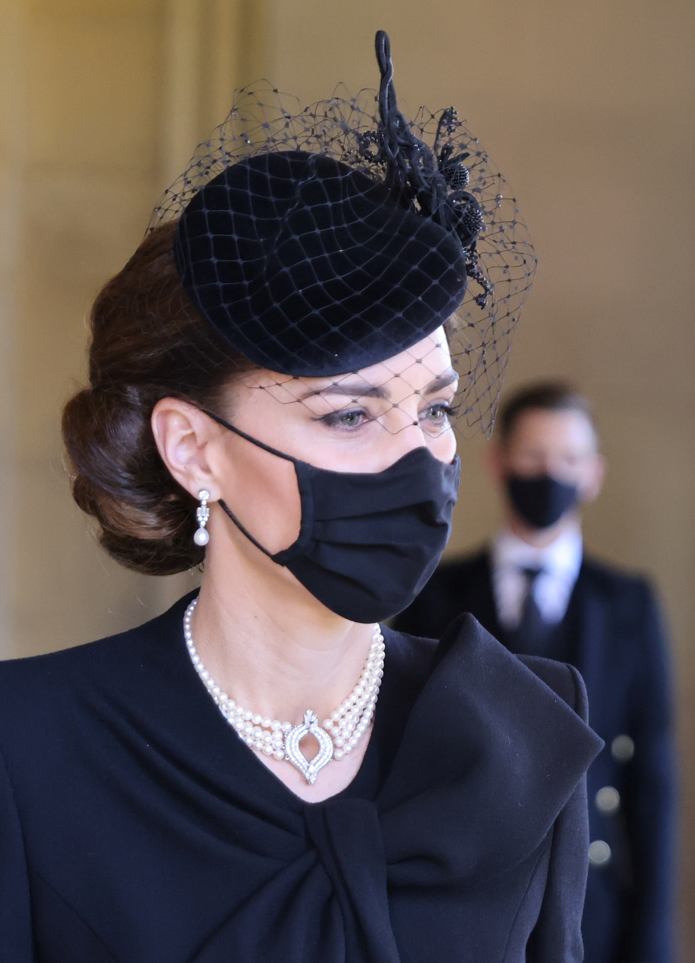 Detalle de la gargantilla de perlas de Kate Middleton.